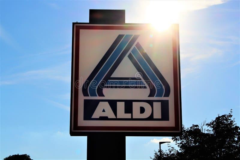 Ein Bild eines ALDI-Supermarktzeichens - Logo - schlechtes Pyrmont/Deutschland - 07/17/2017 lizenzfreie stockfotos