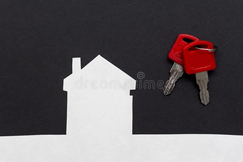ein Bild eines Hauses mit Schlüsseln auf dunklem Hintergrund stockbild
