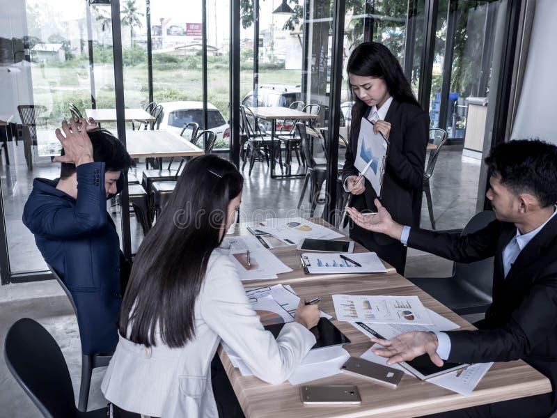 Ein Bild eines schönen Lehrlings, der das Absacken der Firma zeigen und des Teams der unglücklichen herein ausfallenden Geschäfts stockfotos