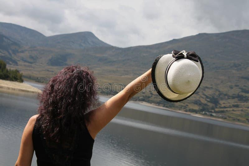 Ein Bild im Freien einer Frau mit dem dunklen gelockten Haar stockbilder