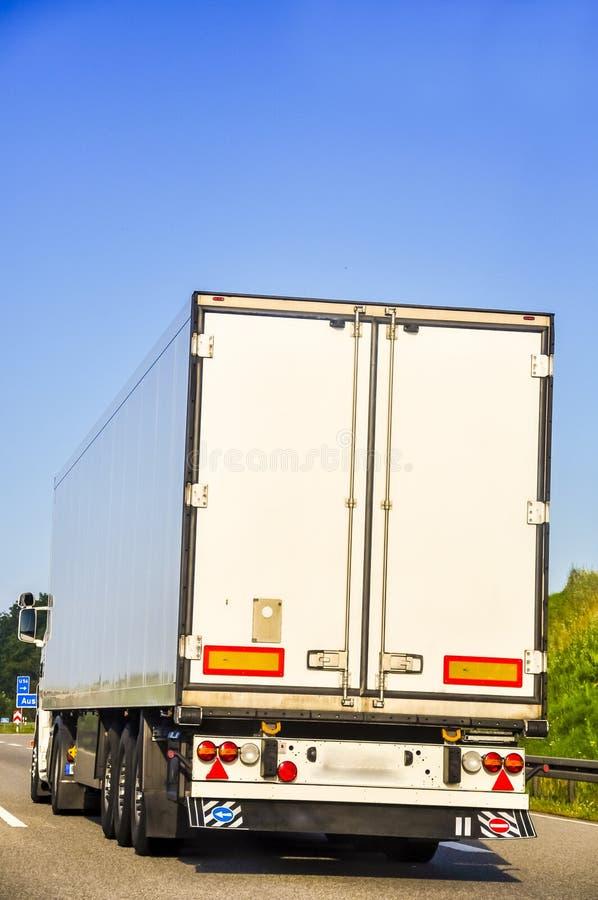 Ein Bild von LKW auf der Autobahn lizenzfreies stockfoto