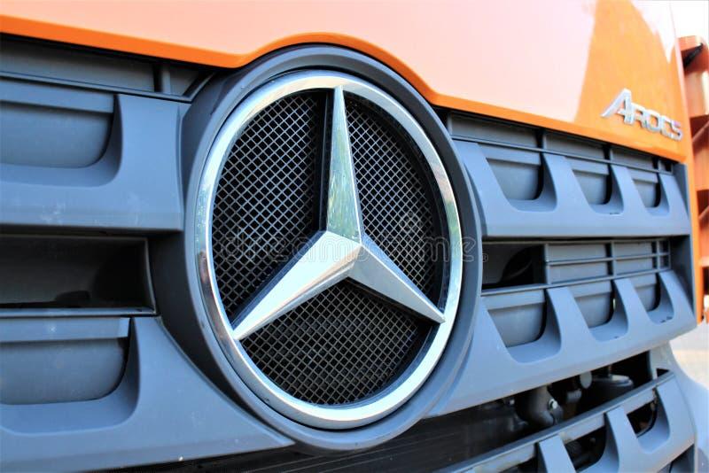 Ein Bild von ein Mercedes-LKW-Logo arocs - Reinerbeck/Deutschland - 09/21/2017 lizenzfreie stockfotos