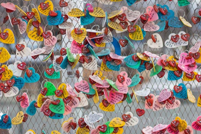 Ein Bild von zahlreichen Liebesschließfächern lizenzfreie stockfotografie