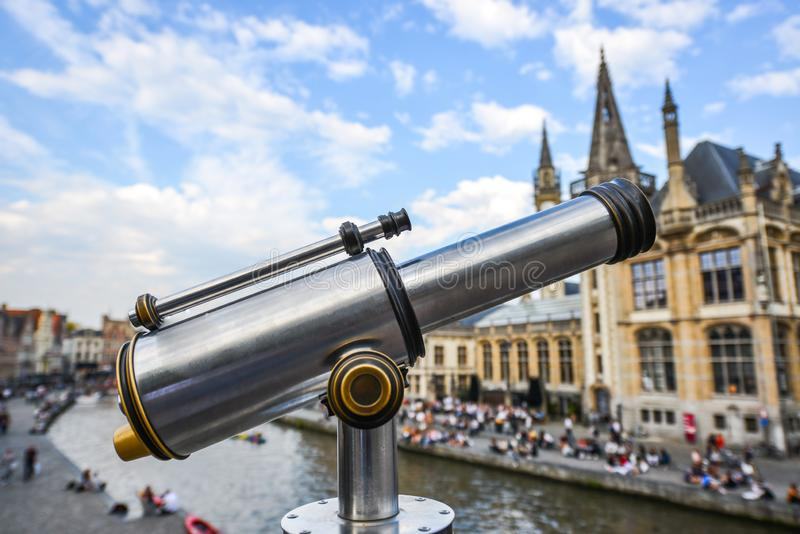 Ein binokulares Teleskop an der alten Stadt stockbild