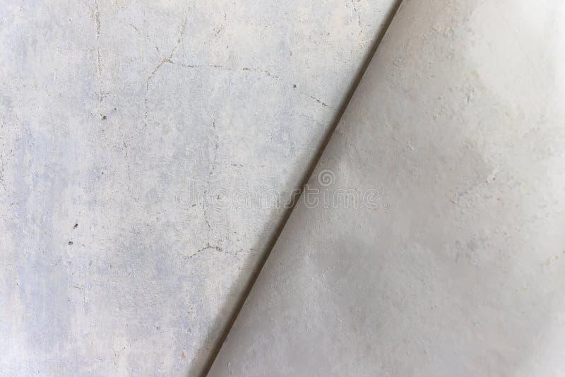 Ein Blatt der Tapete abgezogen weg von der vergipsten Wand Aufbereiten einer Wand durch ein Schleifpapier lizenzfreie stockbilder