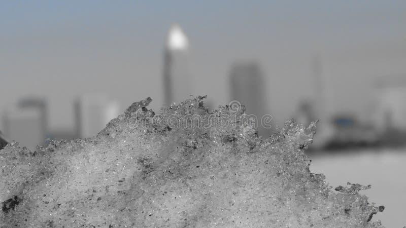 Ein Blatt des Eises vor Cleveland Skyline - WINTER stockfotos