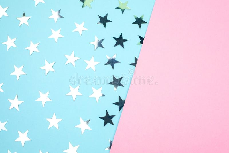 Ein blau-rosa Hintergrund mit silbernen Sternen Platz für Text Festliches Konzept stockfotos