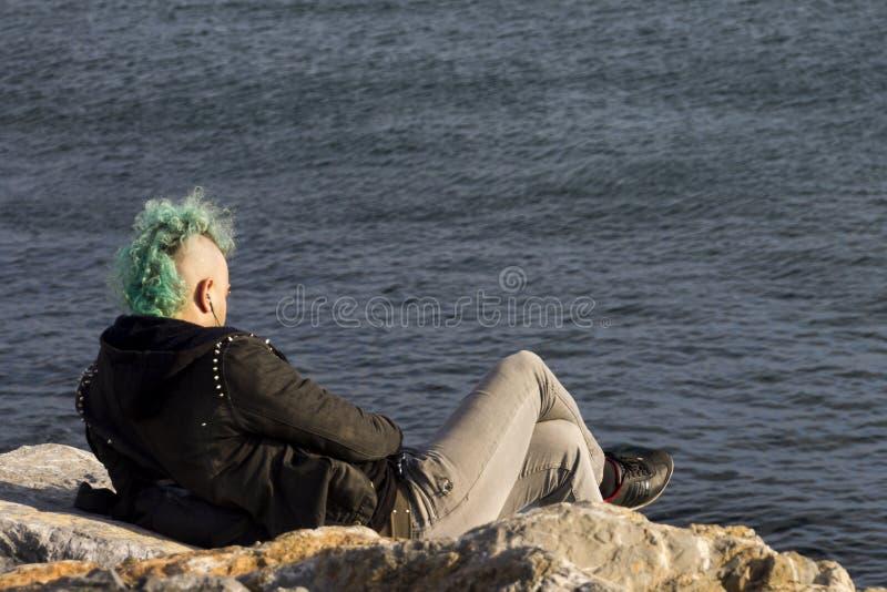 Ein blauer behaarter Punkrocker auf einem Ufer, Istanbul lizenzfreies stockbild