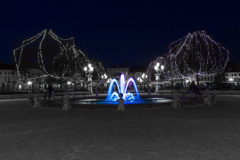 Ein blauer Brunnen in der Weihnachtszeit stockfotos