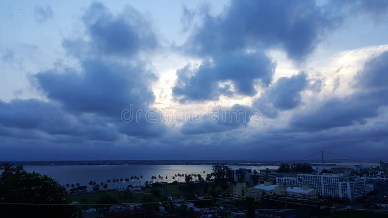 Ein blauer unbegrenzter Himmel mit einer Seeansicht stockbild