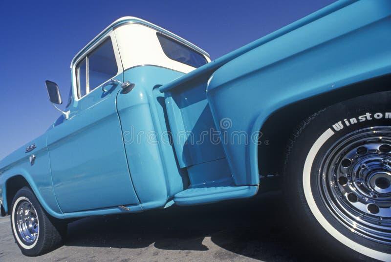 Ein Blaues und ein weißes heben LKW in Central Valley, CA auf lizenzfreie stockfotos