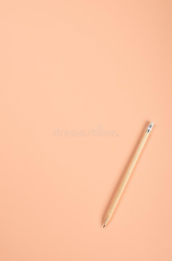 Ein Bleistift auf dem farbigen Papierpastellhintergrund mit Kopienraum stockbild