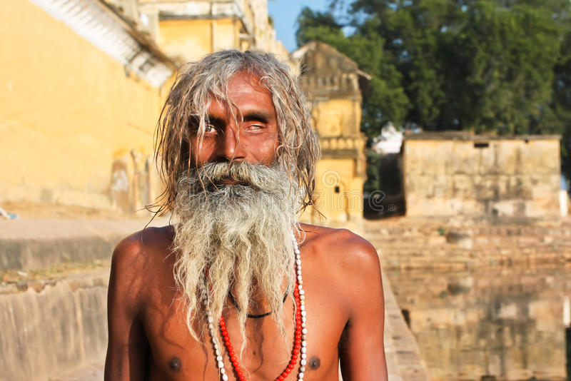 Ein blinder armer Mann des Auges hat Sonnenbaden das im Freien stockfotos