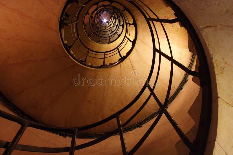 Ein Blinken an der Oberseite der gewundenen Treppe lizenzfreies stockfoto