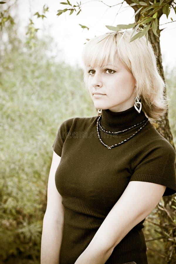 Ein blondes Mädchen schaut im Abstand lizenzfreies stockfoto