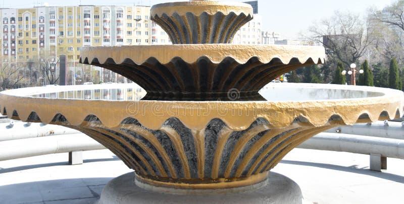 Ein Blumengarten voll des Wassers stockfotos