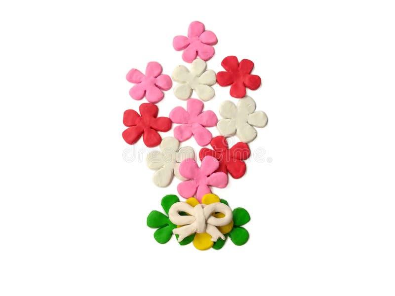 Ein Blumenstrauß blüht, schöner Blumenplasticine, bunter Lehm, Herzchen farbiger Teig, Valentinstaggeschenk, weißer Hintergrund lizenzfreie stockfotos
