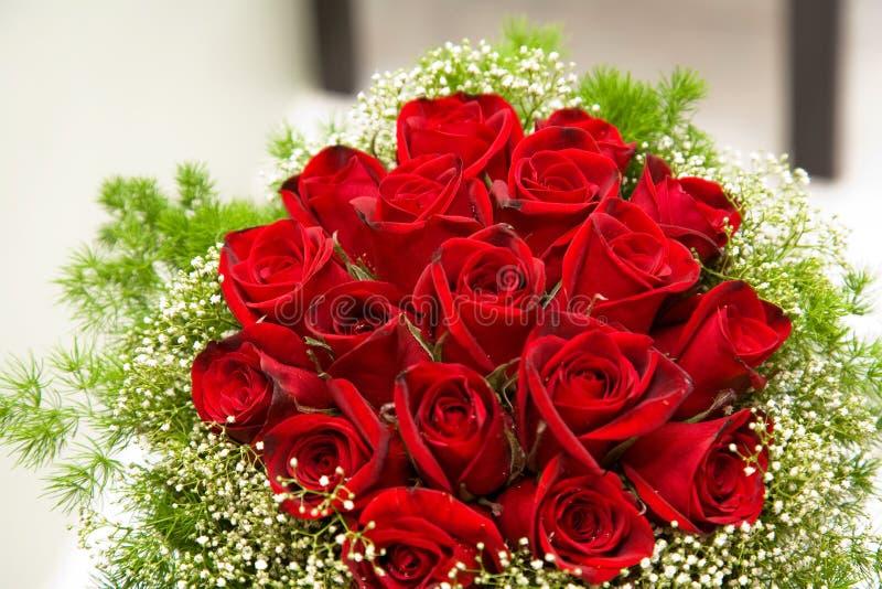 Ein Blumenstrauß der roten Rosen lizenzfreie stockfotografie