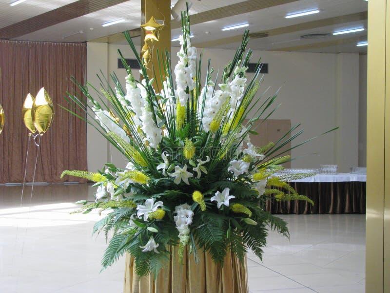 Ein Blumenstrauß von Blumen in der Banketthalle lizenzfreie stockbilder