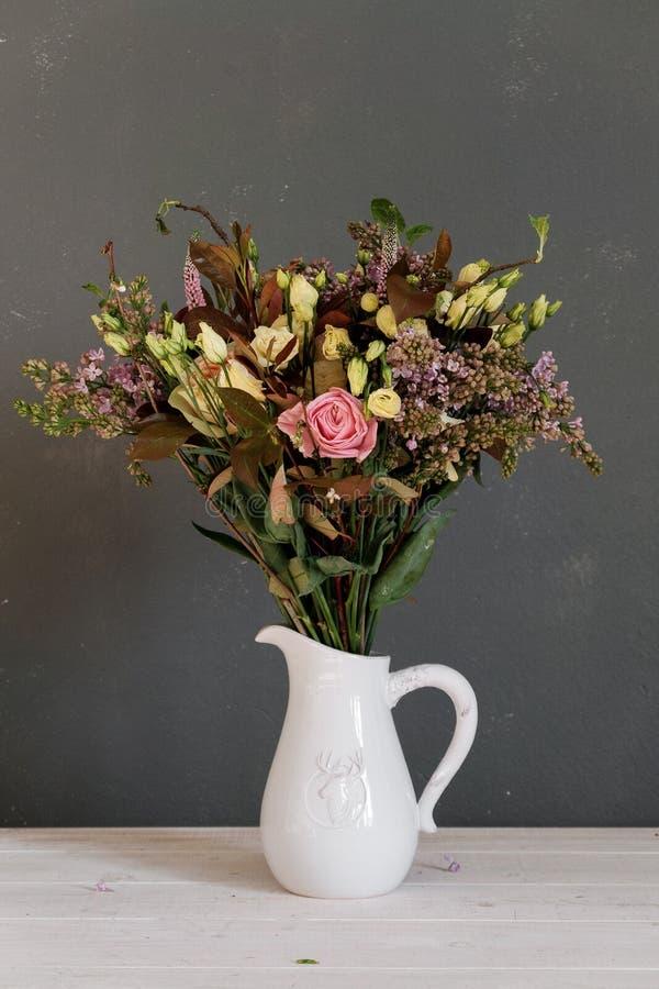 Ein Blumenstrauß von Blumen in einem Krug lizenzfreie stockfotos