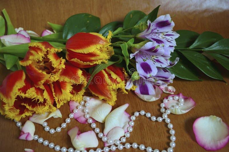 Ein Blumenstrauß von Blumen mit Perlen lizenzfreie stockfotografie