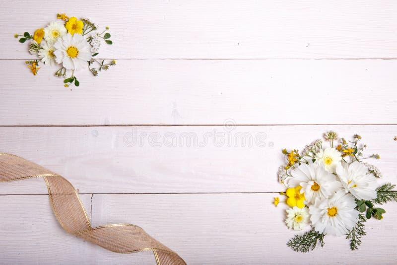 Ein Blumenstrauß Von Cosmea Oder Von Kosmos Der Weißen Blumen Mit ...