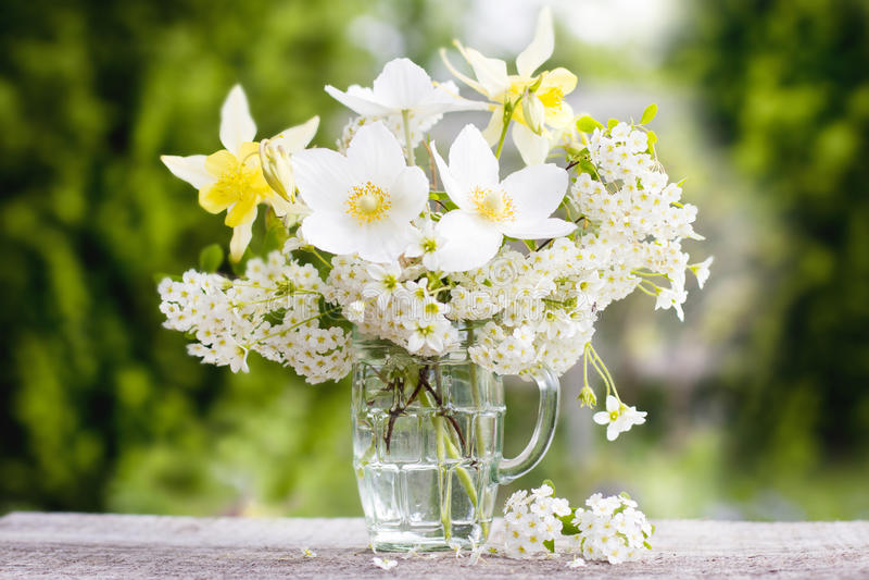 Ein Blumenstrauß von schönen Blumen gegen einen grünen Garten 1 lizenzfreie stockfotografie
