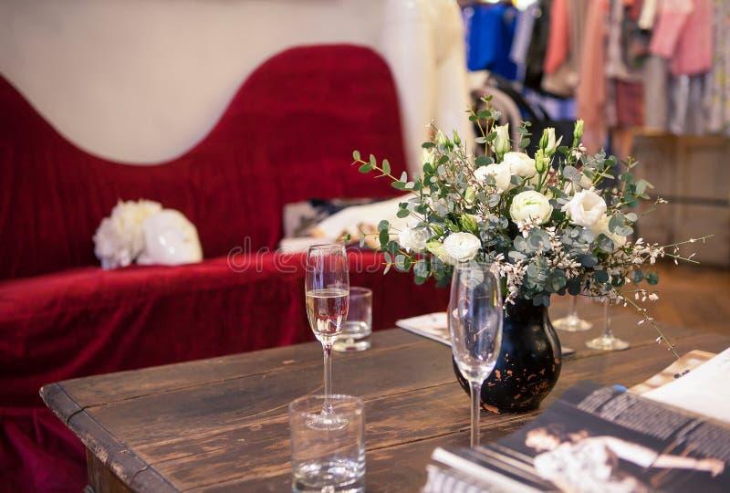 Ein Blumenstrauß von weißen Rosen im Innenraum lizenzfreies stockfoto