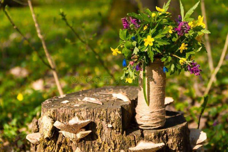Ein Blumenstrau? von Waldblumen sch?ner Blumenvase mit Blumen in der Natur stockfotos