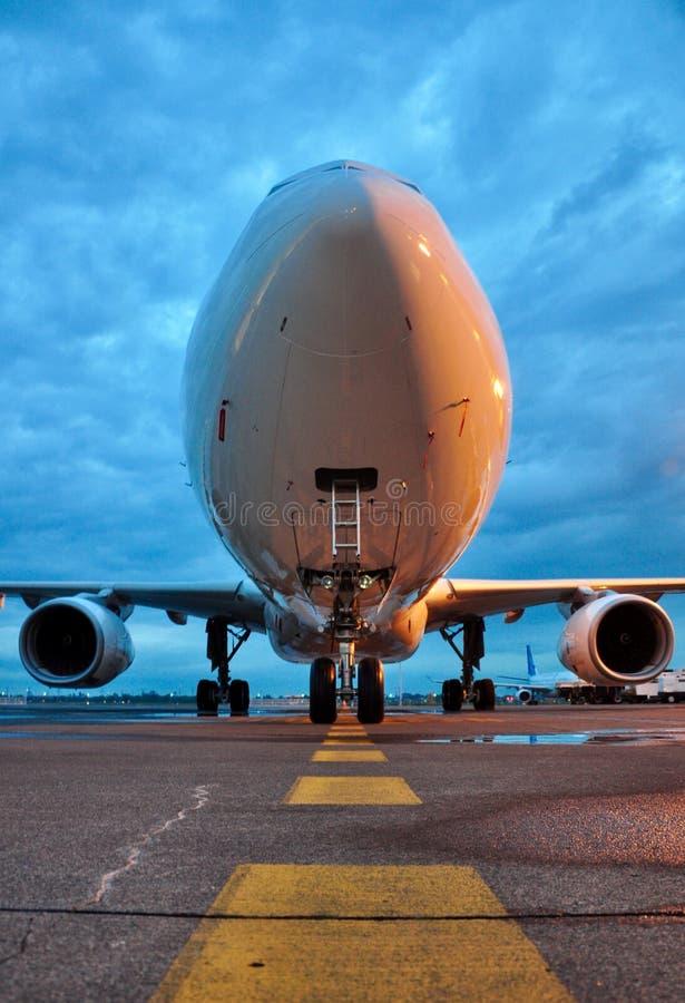 Ein Boeing 777-300 ER gehört Garuda Indonesia Airline, das neben hanggar 2 GMF Aero Asien geparkt wird stockfotos