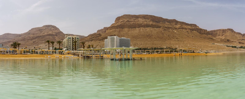 EIN BOKEK, ISRAËL - 28 mars 2018 : Plage solaire avec les hôtels blancs sur la mer morte photo libre de droits