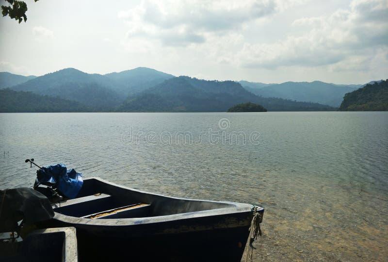 Ein Boot auf der Verdammung lizenzfreie stockfotografie