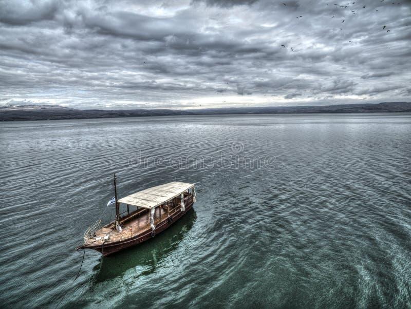 Ein Boot, das über Wellen des ruhigen Sees segelt stockbild