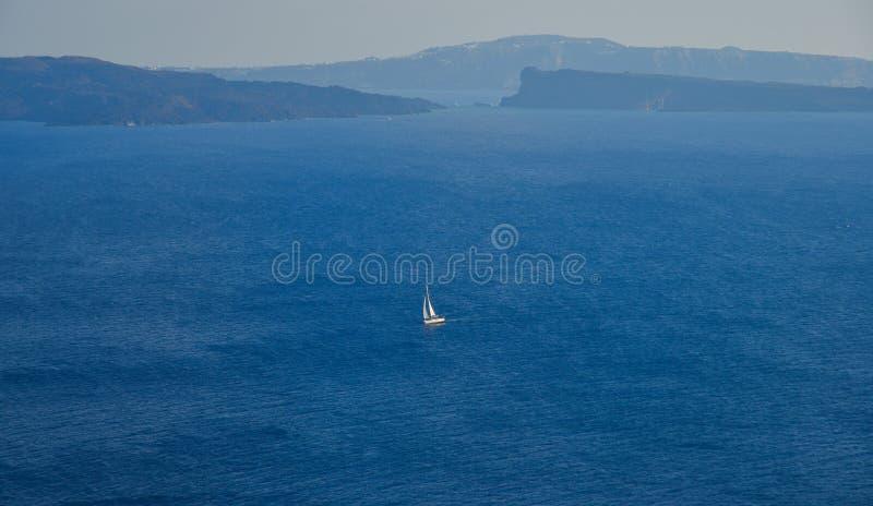 Ein Boot, das auf blauem Meer läuft lizenzfreies stockbild