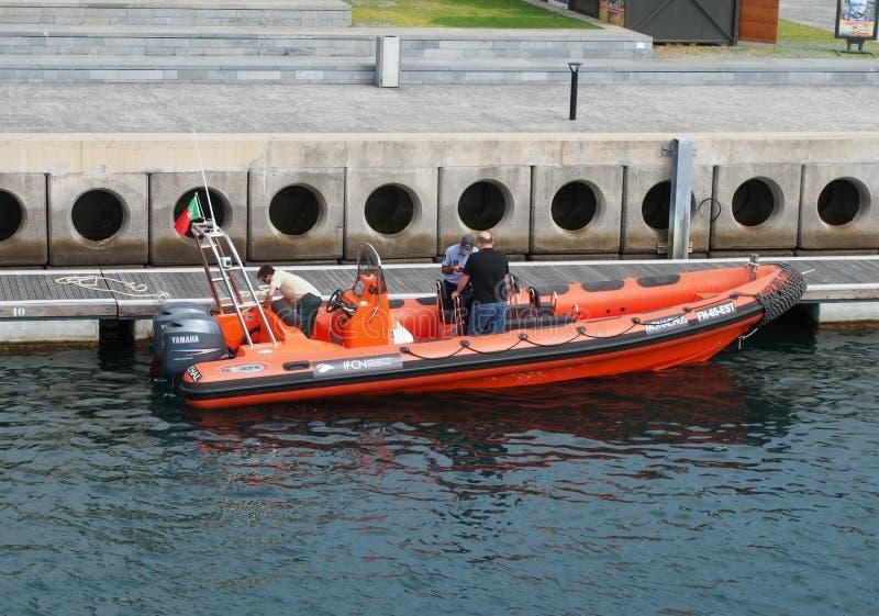 Ein Boot, das dem IFCN das Institut f?r Forstwirtschaft und Erhaltung der Natur festgemacht in Funchal-Hafen mit dem Arbeitskraft lizenzfreies stockbild