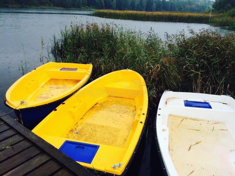 Ein Boot in der Herbstatmosphäre stockfoto