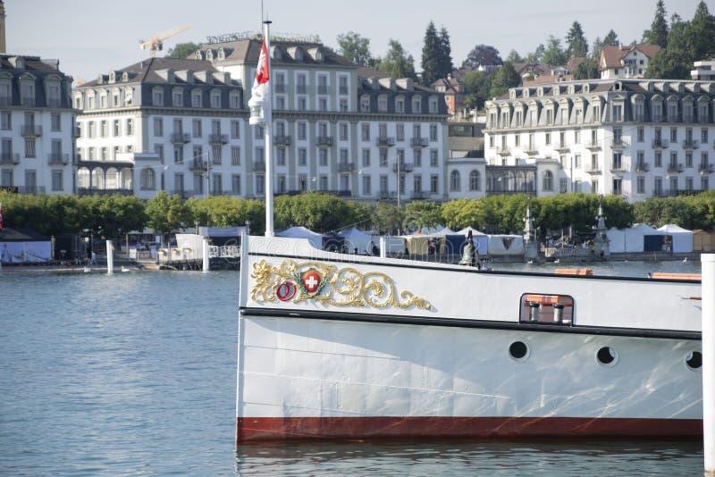 Ein Boot für Touristen für Flusskreuzfahrten und -exkursionen innerhalb des Luzerner Sees stockfotografie