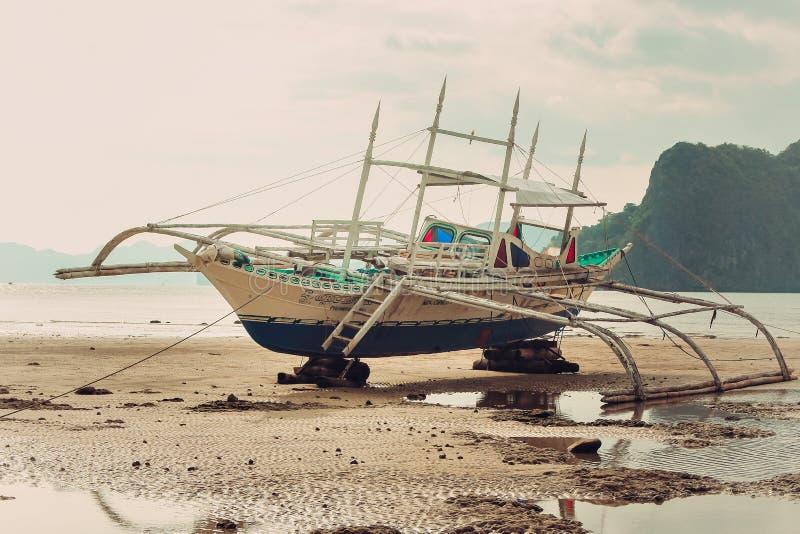 Ein Boot im Strand stockbild