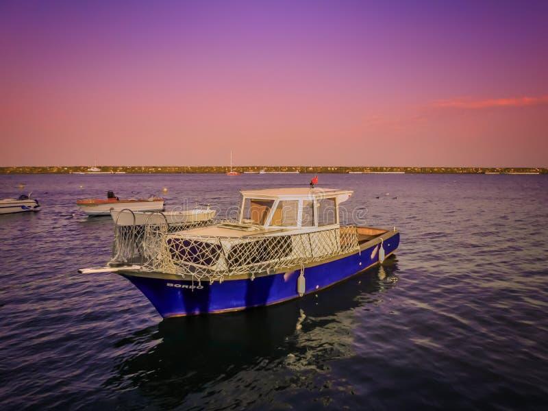 Ein Boot, ein Kajak, ein bunter Himmel und Seeansichten an Atakum-Strand in Samsun lizenzfreie stockfotos