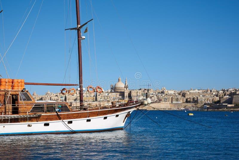Ein Boot mit St Paul Pro-Kathedrale im Hintergrund lizenzfreie stockfotografie