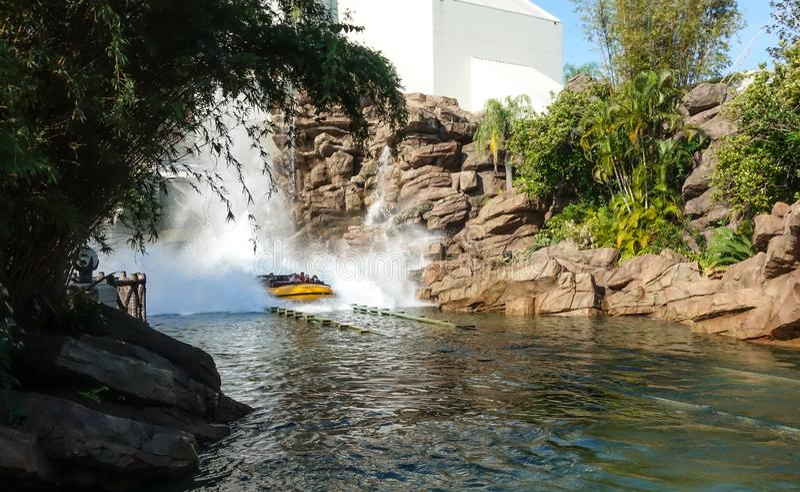Ein Boot spritzt auf der Jurassic Park-Wasserfahrt lizenzfreies stockfoto