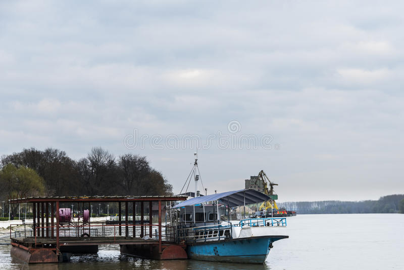 Ein Boot und ein Ponton auf dem Fluss stockfotografie