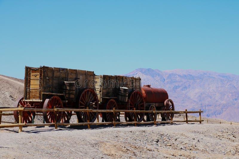 Ein Boraxgüterzug Team mit 20 Maultieren bei Harmony Borax Works in Death Valley, USA lizenzfreie stockbilder