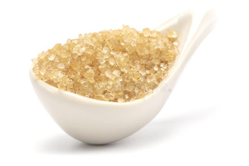 Ein brauner Zucker in der keramischen Löffelnahaufnahme stockfotos