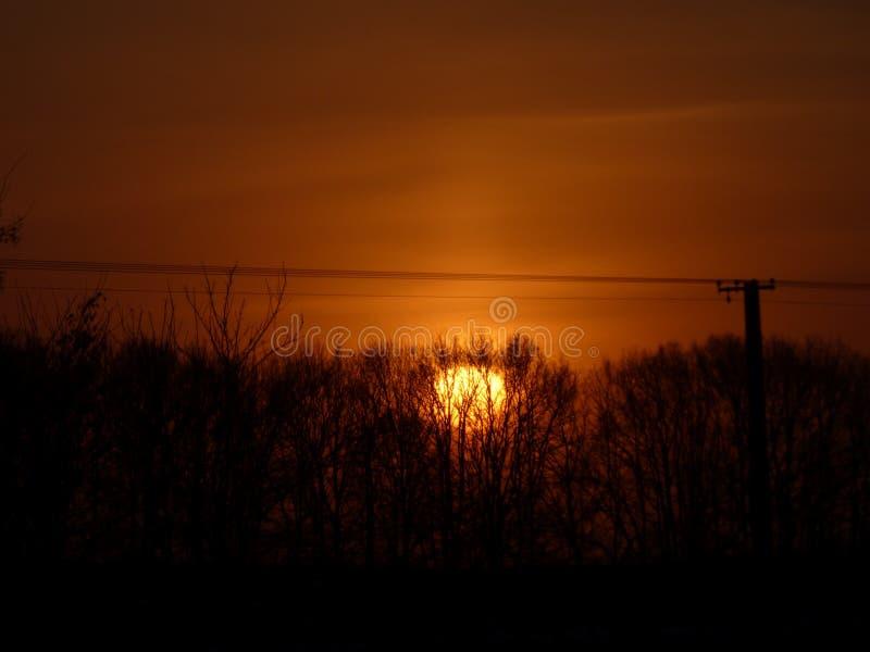 Ein brennender aber sehr kalter Sonnenuntergang lizenzfreie stockbilder