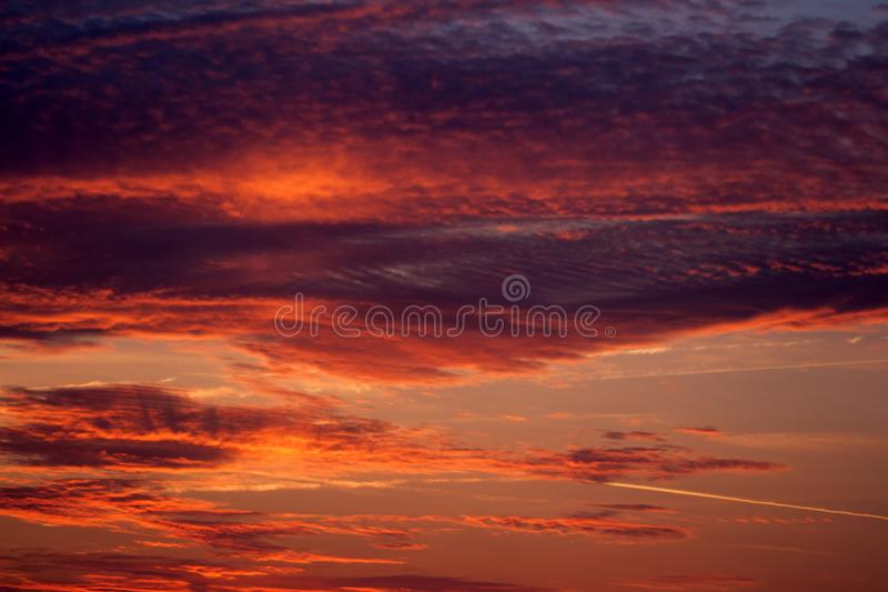 Ein brennender Sonnenaufgang über dem Meer stockfoto