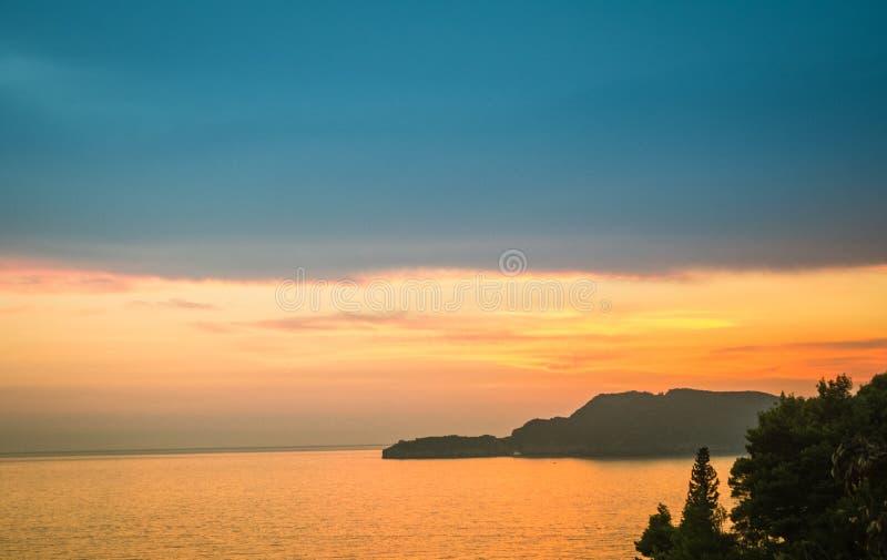 Ein brennender Sonnenuntergang durch das Meer stockfoto