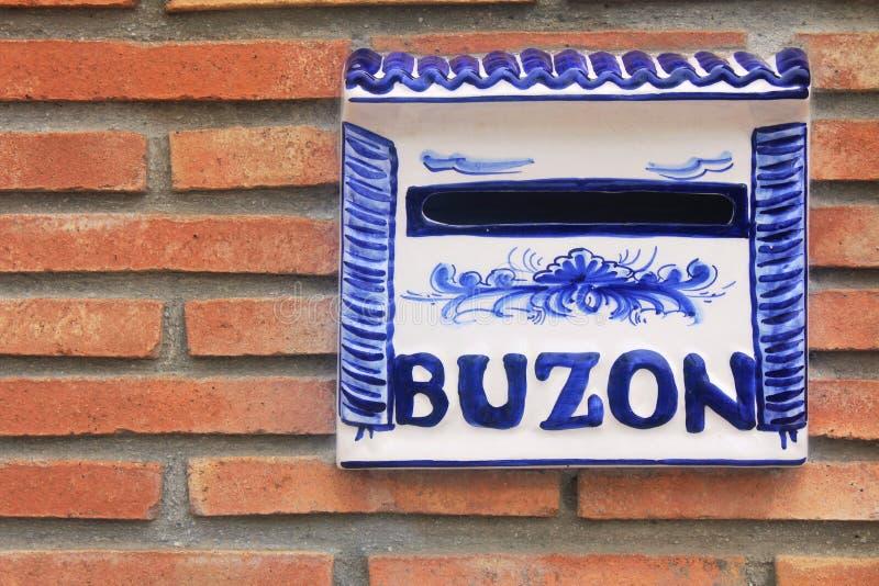 Ein Briefkasten für Buchstaben am Eingang des spanischen Hauses lizenzfreie stockfotografie