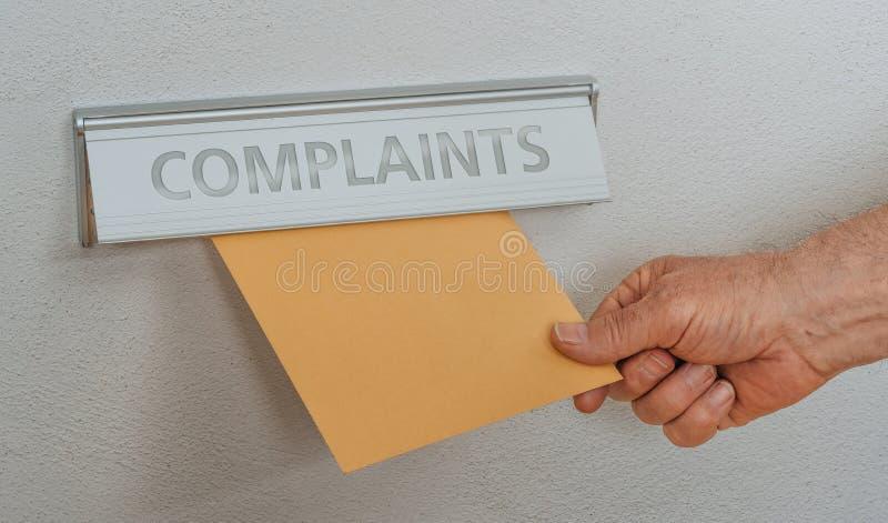 Ein Briefkasten mit den Aufschrift Beanstandungen lizenzfreie stockbilder