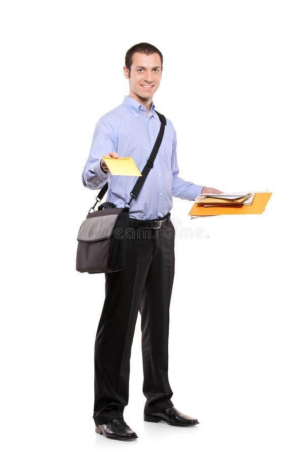 Ein Briefträger, der Post liefert lizenzfreies stockbild